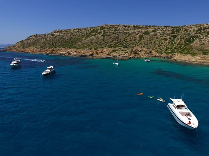 Bucht Bootsfahrschule Mallorca Bootsführerschein Ausbildung Drohnenaufnahme Yachten