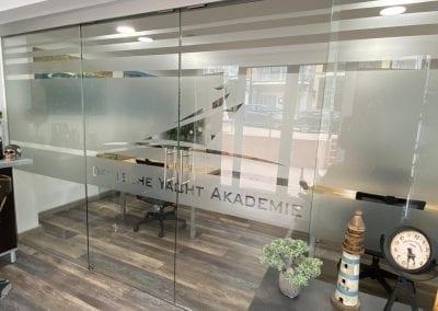 Bootsfahrschule Mallorca Schulungsraum Eingang Rezeption Glastür Deutsche Yacht Akademie
